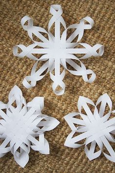 These beautiful snowflakes are made from simple strips of copier paper.The three-star day. Traditional paper stars braided copy paper white as snow flakes. They are waiting for enthusiastic decorator to add yet .Snowflakes - would be adorable for Christma Noel Christmas, All Things Christmas, Winter Christmas, Christmas Ornaments, Paper Ornaments, Christmas Paper, Paper Art, Paper Crafts, Diy Crafts