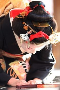 Fumisono wearing formal yakko shimada hairstyle for Setsubun performance (SOURCE)