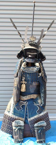 等身大具足一式 高さ約150cm 甲冑 兜 鎧 武具 鎧櫃 鎧立木箱付 傷み有 古物_画像1