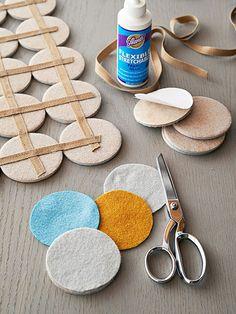 Esta sencilla alfombra de fieltro la puedes preparar en poquísimo tiempo, no tiene ninguna dificultad e incluso puedes decirles a tus peques que te echen una mano!