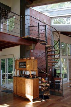 Para quem quer ter o máximo de integração do entorno do terreno com o espaço de dentro da casa, opte por utilizar o vidro no teto! Além de deixar a casa com ar de arejado, permite que a casa seja aquecida pela luz solar durante o inverno. Não perca tempo, faça seu orçamento!