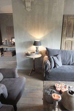Stylowy, monochromatyczny pokój. Idealne miejsce dla romantyków - świece wprowadzają magiczny nastrój.
