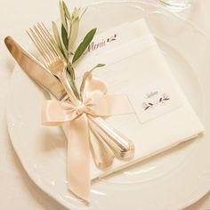 ribbon and herbs table setting http://weddingwonderland.it/2016/05/matrimonio-romantico-tra-le-colline-umbre.html