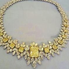 A pretty yellow diamond and diamond necklace. Real Diamond Necklace, Diamond Pendant Necklace, Diamond Necklaces, Gold Necklaces, Luxury Jewelry, Modern Jewelry, Fine Jewelry, Bling Bling, Yellow Jewelry