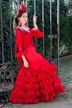 El traje de flamenca rojo es todo un clásico para la feria de abril. Elegante, gitano y lleno de vida hace a la que la lleva no pasar indiferente. Combínalo con un mantoncillo estampado y lleva un traje nuevo cada vez.