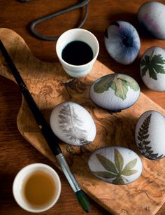 Sådan farver du æg med bladmotiv - Boligliv