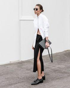 Kaitlyn Ham com saia de fenda preta e camisa branca.