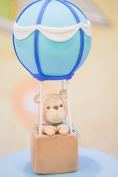 Decoração de Festa Infantil - Chá de Fraldas com tema volta ao mundo em estilo retrô, vintage. Aviões, balões e ursinhos nas nuvens. Tons pastéis de azul, laranja, amarelo e verde com pontos vermelhos.