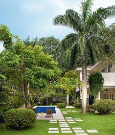 A piscina é apenas um dos atrativos deste jardim, cheio de árvores e com pergolado para relaxar. Projeto do paisagista Leo Laniado