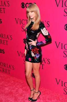 Taylor swift on Victorias secrets pink carpet for the #VSFS13