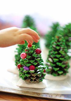 Réaliser un sapin de Noël à partir d'une pomme de pin, une idée créative facile à faire avec les enfants