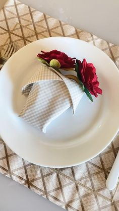 Fancy Napkin Folding, Table Etiquette, Pretty Birthday Cakes, Clay Mugs, Craft Box, Deco Table, Decoration Table, Napkins, Table Settings