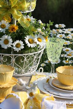 table settings---Daisies.  Love pale yellow.