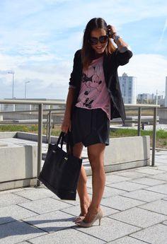 falda negra, camiseta rosa