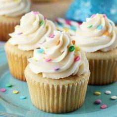 Buenos días chicos!! Le pregunte a mi #Snapfamily si querían esta receta y pues aqui la tienen! una de mis recetas favoritas de Cupcakes de Vainilla!! La primera que logre y amo muchísimooo! #cupcakeslove 125 gr de mantequilla 125 gr de azúcar 2 huevos 130 gr de harina leudante 1 cdta de esencia de vainilla 1 cucharada de leche Preparación Comenzamos mezclando la mantequilla con el azúcar hasta que aclare y se vea esponjosa seguido añadimos los huevos uno a uno e incorporamos agregam