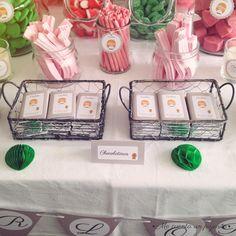 Mesa dulce de la Primera Comunión de Carlota. #mesadulce #sweettable #candybar #fiesta #chocolatinas #chocolatinaspersonalizadas #etiquetas #pegatinas #lamina #guirnalda #albumcomunion #recordatoriocomunion #papeleriapersonalizada #mecuentaunpajarito