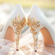 32 Floral Wedding Shoes Ideas For Spring And Summer Nuptials: white platform sho. , 32 Floral Wedding Shoes Ideas For Spring And Summer Nuptials: white platform sho. Fancy Shoes, Pretty Shoes, Beautiful Shoes, Me Too Shoes, Crazy Shoes, Beautiful Pictures, Prom Heels, Wedding Heels, Gold Prom Shoes