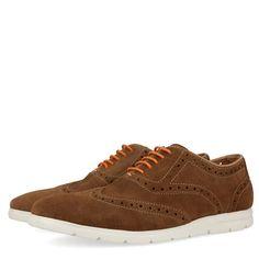 Zapatillas de piel marrón estilo oxford. Detalle de cordones naranja y suela blanca. Corte y forro en piel y plantilla de tejido.