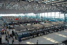 Alla sua inaugurazione nel 2006, l'aeroporto Suvarnabhumi di Bangkok era considerato futuristico e allo stesso tempo si prevedeva che potesse accogliere 45 milioni di passeggeri all'anno , purtroppo allo stato attuale l'aeroporto é già saturo.