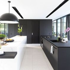 Do you love modern architecture? There are so many reasons why modern design is so popular. Here is some design inspiration for your modern home. Best Kitchen Designs, Modern Kitchen Design, Interior Design Kitchen, Modern Interior, Black Kitchens, Kitchen Black, Diy Kitchen, Kitchen Decor, Kitchen Lamps