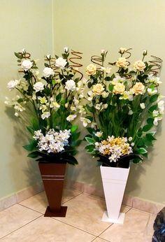 Flores para arranjo grande de canto para montagem do arranjo pelo comprador.  Os produtos vendidos nesse anúncio; são as rosas amarelas do topo, flores brancas com amarelas, flores da base, folhas decorativas, galhos secos, musgo, argila, uma espuma vegetal e o vaso de madeira, pode ser na cor br... Valentine Flower Arrangements, Love Flowers, Planter Pots, Daisy, Pedestal, Wall, Crafts, Wedding, Home Decor