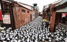 French artist Paulo Grangeon, together with the World Wildlife Fund, decided to create 1,600 little paper-mache pandas in Taiwan and take them on a tour through 10 major Asian cities and around the world.