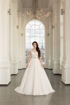 Rochia de mireasa clasica este reinventata prin acest model din dantela de matase si tulle frantuzesc . O rochie de mireasa stil A-line sau stil printesa cu volum putin, cu o talia accentuata care se combina cu un corset cu un decolteu barcuta. Corset, Wedding Dresses, Paris, Modern, Fashion, Marriage Dress, Gowns, Bride Dresses, Moda