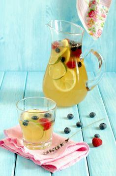 Limonata alla lavanda e frutti di bosco