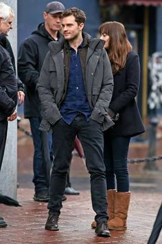 Jamie Dornan & Dakota Johnson Hold Hands to Reshoot 'Fifty Shades' After the Rain: Photo Jamie Dornan and Dakota Johnson hold hands while re-shooting some scenes for their film Fifty Shades Darker on Monday (March in Vancouver, Canada. Fifty Shades Darker Book, Fifty Shades Series, Fifty Shades Movie, Fifty Shades Of Grey, Christian Grey, Jamie Dornan Film, Jaime Dornan, Dakota Johnson Street Style, Dakota Style