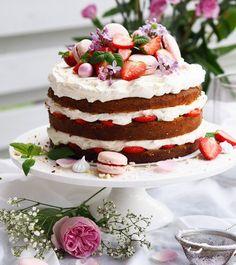 🍓Mansikoita, mantelia ja mascarponemoussea tietenkin 🎂 Ihana kesäinen lauantaipäivä ja mikä kakku siihen olisikaan paremmin sopinut 😘 Syreenit kukkivat nyt ihanasti, joten ne löysivät myös tämän kakun koristeeksi. Syreenit ovat täysin syötäviä ja tuoksuvat huumaavalta 🍓 Nyt keräämään omat maljakkoon tai kakun päälle! 🌸 #anninuunissa ##foodloverfi