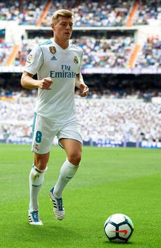 MADRID, SPAIN - SEPTEMBER Toni Kroos of Real Madrid prepares for a corner kick during the La Liga match between Real Madrid and Levante at Estadio Santiago Bernabeu on September 2017 in Madrid, Spain. (Photo by Manuel Queimadelos Alonso/Getty Images) Real Madrid Football Club, Real Madrid Players, World Football, Toni Kroos, Neymar Football, Football Players, Messi And Ronaldo, Cristiano Ronaldo, Equipe Real Madrid