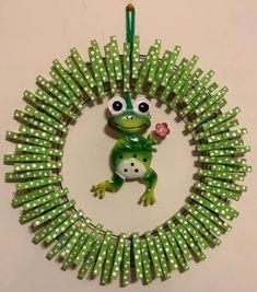 Wreath Crafts, Diy Wreath, Wreath Ideas, Diy Crafts For Adults, Diy And Crafts, Easy Fall Wreaths, Clothes Pin Wreath, Dollar Store Halloween, Mason Jar Gifts