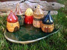 Manóházas fűszertartók levél alakú alátéten / Elf houses for spices on a leaf-shaped placemat