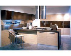 Muebles de cocina de elegante textura en color madera natural, formada por encimera y diversos altillos y armarios