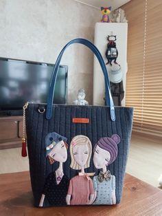 원래는 세자매..가방인데 제가 임의로 울집 세모녀 컨셉으로 변경했습니다.ㅋ~ 너무 크지도 작지도 않게 적... Patchwork Bags, Quilted Bag, Patch Quilt, Applique Quilts, Sew Wallet, Creative Bag, Unique Bags, Fabric Bags, Handmade Bags