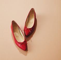 こまめに更新したいベーシック小物。おしゃれプロたちが何度も買い足してしまう小物をご紹介。 Loafers, Women's Fashion, Shoes, Products, Travel Shoes, Fashion Women, Zapatos, Moccasins