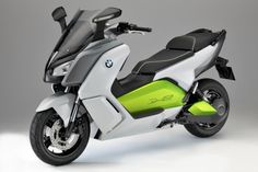 Atingindo a velocidade de 120 km/h e percorrendo até 100 km com uma mesma recarga elétrica, que demora 3 horas, a C Evolution é a novidade ecológica da BMW. Conheça mais detalhes e veja um vídeo legal da scooter em ação na INFO Online, por Vanessa Daraya.