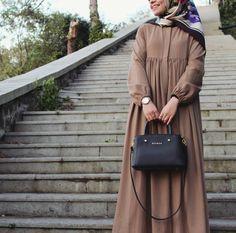 Image may contain: one or more people Hijab Style Dress, Casual Hijab Outfit, Hijab Chic, Abaya Fashion, Fashion Outfits, Hijab Jeans, Moslem Fashion, Modele Hijab, Mode Abaya