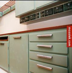 De keuken in een jaren 30 huis is vaak niet groot, breekje de muur door naar de woonkamer dan hebje waarschijnlijk demogelijkheid om het toilet groter te maken. Een Piet Zwart keukenkan nog steeds nieuw worden geleverd, maak het mooi …