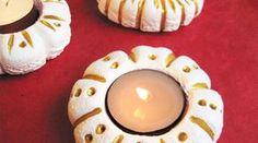 Des bougeoirs en pâte à sel pour illuminer une table de fête.