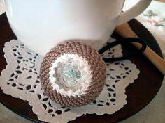 ココア色のヘアゴムです。刺繍糸で編んでいます。色違いの商品がございますのでお好きな色をお選びください。サイズ:直径 約3.5cm素材:刺繍糸、フェルト|ハンドメイド、手作り、手仕事品の通販・販売・購入ならCreema。