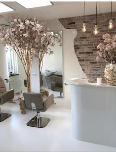 STYLERZ24 Wauw! Prachtige combinatie van interieur, bloesemboom , teak en een schelpenvaas... Home Beauty Salon, Beauty Salon Decor, Home Salon, Beauty Salon Design, House Of Beauty, Nail Salon Design, Nail Salon Decor, Hair Salon Interior, Salon Interior Design