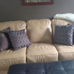 Leather couch - VarageSale Sarnia