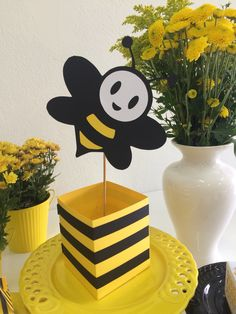 Centro de mesa Festa Abelhinha!! Scrap Festa Papelinttê Bee Crafts, Diy And Crafts, Crafts For Kids, Gender Reveal Party Decorations, Bee Decorations, Bumble Bee Birthday, Bee Honeycomb, Bee Party, Bridal Shower Tea