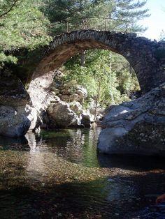 Corsica - Ponts Genois - Pont romain sur la Tartagine Il est situé à la confluence de la rivière Tartagine avec le ruisseau d'Alzone (480 m d'altitude). Un sentier balisé orange (couleur des sentiers du Giunssani) part au bas du village et mène au pont dit « romain » de Vallica (dénivelé de 340 m et 40 min de marche).