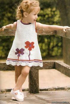 Платье для девочки Цветочек  Размер: 2 года  Вам потребуется: 200 г хлопчатобумажной пряжи средней толщины белого цвета, по 30 г пряжи красного и фиолетового цветов; 3 пуговицы белого цвета;