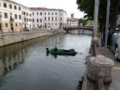 Treviso...barca che pulisce i canali dalle alghe.
