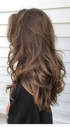 The home cure is ideal to make a hair type, yet numerous ladies get scared to go with this reasoning, regardless of whether they can get the opposite outcome due to the inexpertness' of you. be that as it may, on the off chance that you need to go with this technique, no need such pressure. simply pursue appropriately. Brown Wavy Hair, Brown Hair Balayage, Hair Color Balayage, Natural Brown Hair, Brown Hair Natural Highlights, Long Wavy Hair, Pretty Brown Hair, Short Hair, Black Hair