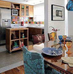 Ao integrar a cozinha à sala, é importante criar unidade visual. A arquiteta Gabriela Marques usou madeira e azulejos coloridos, para dar o mesmo ar descontraído do living. O espaço tem apenas 3 x 2 m, mas parece muito maior por ser aberto