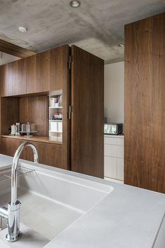 キッチン背面の隠し扉の中には広さも十分なパントリー。冷蔵庫や家電、ストックまで全てを隠して収納できるこの写真「パントリー」はfeve casa の参加工務店「河嶋 一志/株式会社 ビルド・ワークス」により登録された住宅デザインです。「Komorebi」写真です。「子供と暮らす空間 」カテゴリーに投稿されています。 Bungalow Interiors, Modern Kitchen Interiors, Luxury Kitchen Design, Interior Design Kitchen, Küchen Design, House Design, Cuisines Design, Kitchen Cupboards, Living Room Kitchen
